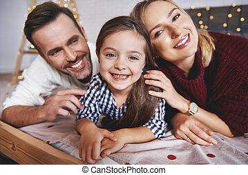 famille, temps lit, portrait, noël, mensonge