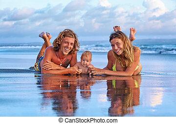 famille, voyage, -, fils, mère, coucher soleil, père, bébé, plage, heureux