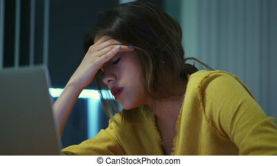 fatigué, étudier, étudiant université, fille nuit