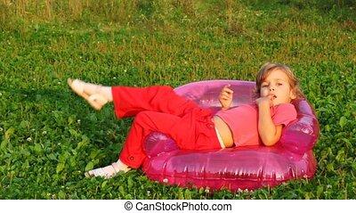 fauteuil, asseoir, gonflable, tient, enfants, bouche, doigt, sourire, girl