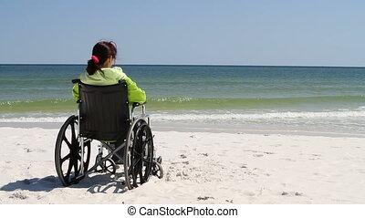 fauteuil roulant, femme, plage