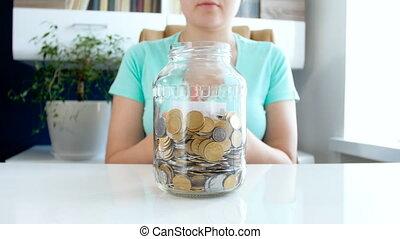 femme, économie, payer, métrage, jeune, crédits, closeup, 4k, argent, prêts