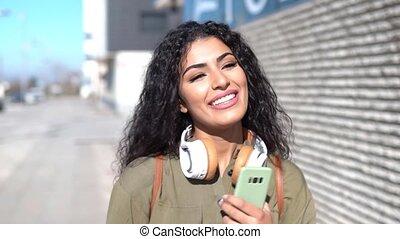 femme, écouteurs, arabe, marche, rue, jeune