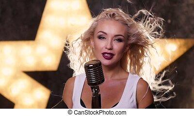 femme, étoile, mouvement, haut, fond, lent, retro, sexy, fin, blond, microphone, chant, briller
