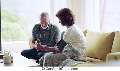 femme aînée, maison, visiteur santé, pendant, visit.