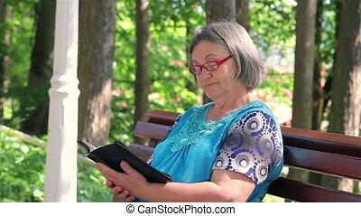 femme aînée, parc, lecture, bible