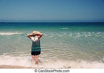 femme aînée, plage