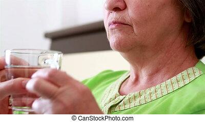 femme aînée, prendre, pilule