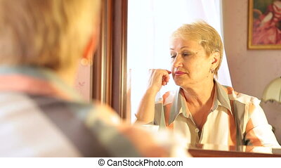 femme aînée, reflet, perdu