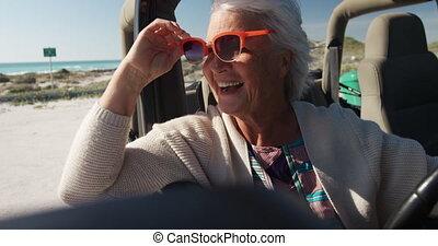 femme aînée, voiture, plage