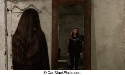 femme, adorable, regarder, asiatique, miroir, elle-même