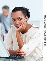 femme affaires, bureau, séance, désordre