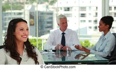 femme affaires, collègues, fond, portrait