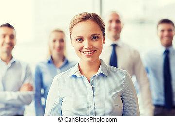 femme affaires, collègues, sourire, bureau