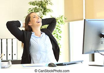 femme affaires, délassant, satisfait, bureau
