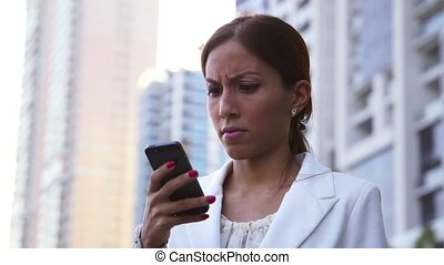 femme affaires, fâché, téléphone