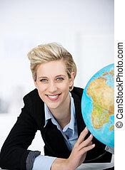 femme affaires, globe, sourire, bureau