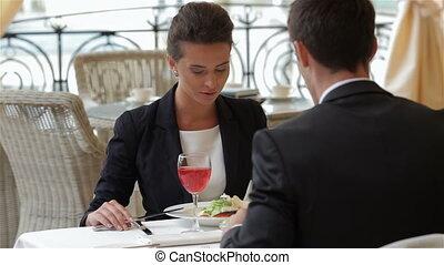 femme affaires, manger, homme affaires