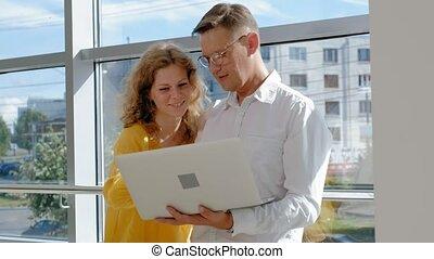 femme affaires, ordinateur portable, fenêtre, mûrir, homme affaires