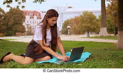 femme affaires, ordinateur portable, jeune, utilisation, dehors