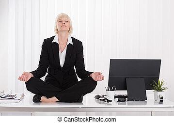 femme affaires, yoga, bureau