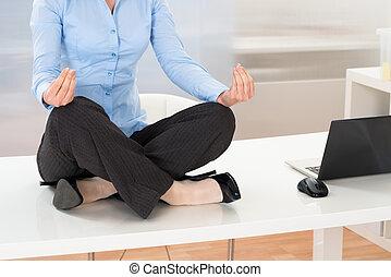 femme affaires, yoga