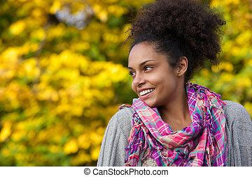 femme, africaine, jeune, automne, américain, dehors, sourire
