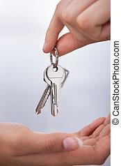 femme, agent's, donner, main, clés, nouvelle maison