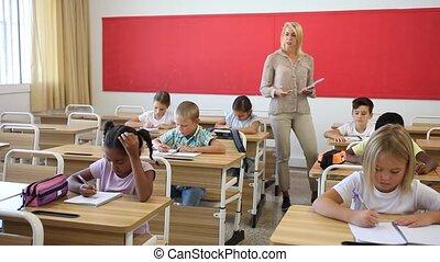 femme, amical, primaire, élèves, tweenager, classe, fonctionnement, prof, école