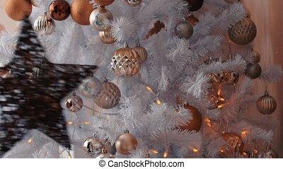 femme, arbre, haut, nouveau, jeune, décorer, noël, fin, préparation, année, star.