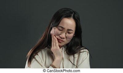 femme asiatique, toothache, studio, jeune, dent, médecine, problèmes, stomatology, gris, arrière-plan., concept., douleur, dentaire