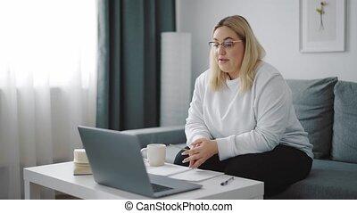 femme, avoir, bavarder, vidéo, excès poids