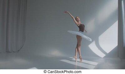 femme, back., exercices, danse, ouvert, motion., lent, répète, studio, ballet, baigné, sunlight., mouvements, robe, étape, spacieux, danseur