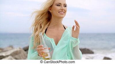 femme, blonds, bouteille bière, tenue, plage