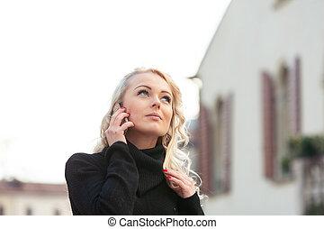 femme, blonds, jeune, séduisant, écoute, attentivement