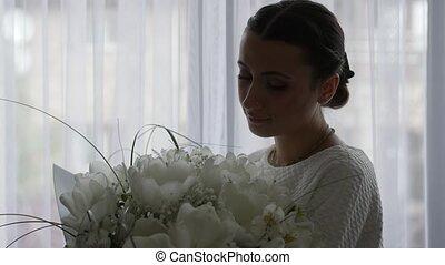 femme, bouquet, fleurs, jeune