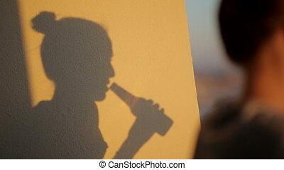femme, bouteille, bière, boire, ombre, silhouette