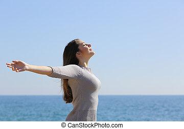femme, bras, profond, air, respiration, frais, plage, élévation, heureux