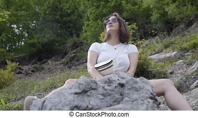 femme, brunette, seul, forêt, arrière-plan., séance, beau, rocheux, tourisme, montagne, concept
