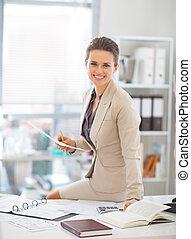 femme, bureau fonctionnant, portrait affaires, heureux