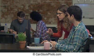 femme, bureau, professionnels, ordinateur bureau, asiatique, discuter, homme