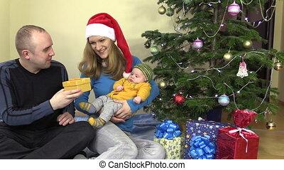 femme, cadeau, famille, gai, bébé, présent noël, homme