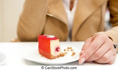 femme, café, cheesacake, vidéo, manger, jeune, fourchette, 4k