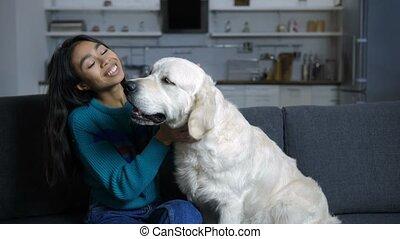 femme, caresser, chien, divan, indien, sourire
