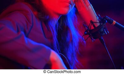 femme, chanson, néon, jeune, guitare, par, va, éclairage, chant, instruments à cordes