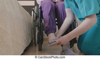 femme, chaussures, elle, portion, femme, mettre, personne agee, caregiver