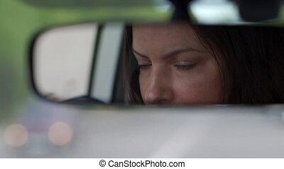 femme, closeup, conduite, miroir, reflété, beau, vue arrière, brunette, voiture