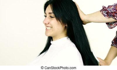 femme, coiffeur, obtenir, jeune, cheveux, femme, apprécier, brossé