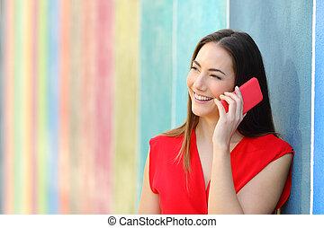 femme, coloré, conversation, téléphone, mode rue