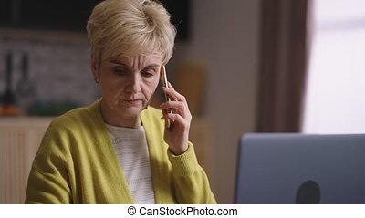 femme, communiquer, fonctionnement, maison, téléphone, travailleur indépendant, week-end, collègues, client, cellule, comptable
